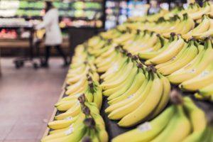 Fertig gereifte Bananen im Supermarkt