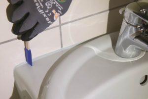Anschlussfuge an Waschbecken